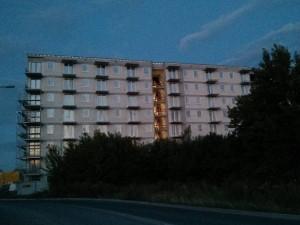 Stawianie rusztowania wokół bloku Orlińskiego 4 w Czyżynach Krakowie