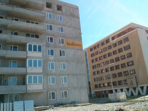 Wstawianie okien w nowych tanich mieszkaniach w Czyżynach od Budimexu