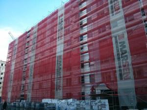 Ocieplanie styropianem elewacji nowej inwestycji mieszkaniowej Orlińskiego 6 w Czyżynach