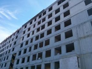 Budimex kończy stawianie konstrukcji bloku z tanimi mieszkaniami w Krakowie na Orlińskiego 8