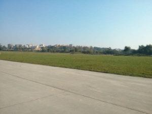 Zachodnia strona zabytkowego pasa startowego dawnego lotniska w Czyżynach