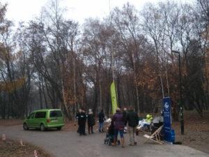 Mieszkańcy Czyżyn sadzą kwiaty w Parku Skalskiego