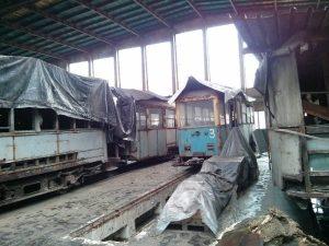 Zabytkowe tramwaje w hangarze należącym do Muzeum Inżynierii Miejskiej w Krakowie
